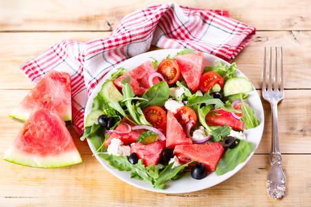 salad plate: plato de ensalada de sand�a en la mesa de madera Foto de archivo
