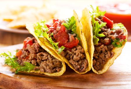 plato de comida: plato de tacos en mesa de madera