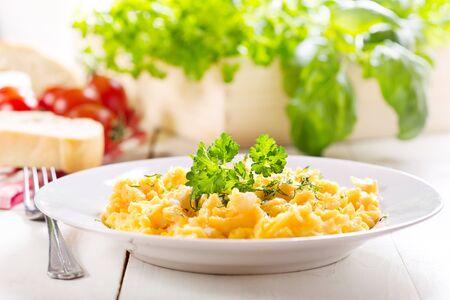 huevos revueltos: desayuno con plato de huevos revueltos