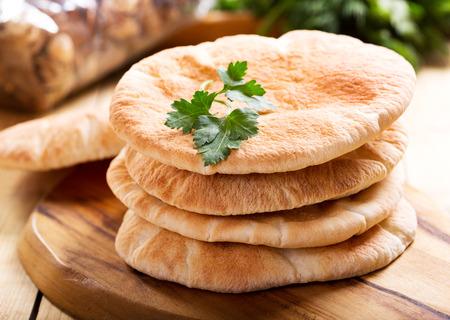 pita brood op een houten bord Stockfoto
