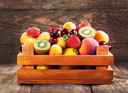 frutas frescas en caja de madera Foto de archivo