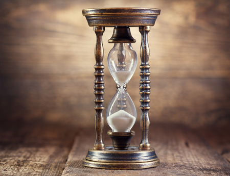 orologi antichi: vecchia clessidra su sfondo in legno Archivio Fotografico