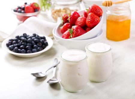 yogur: desayuno con yogur griego con frutas frescas