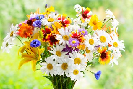 夏の花緑の背景の花束 写真素材