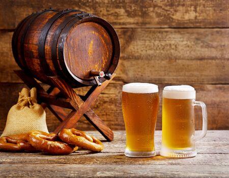 vasos de cerveza: vasos de cerveza de barril con el fondo de madera