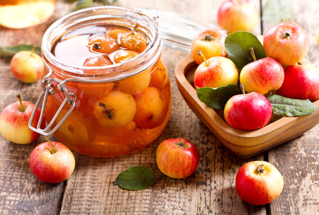 mermelada: tarro de mermelada de manzana con frutas frescas en la mesa de madera