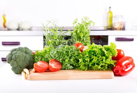 pimenton: verduras frescas en la mesa de la cocina