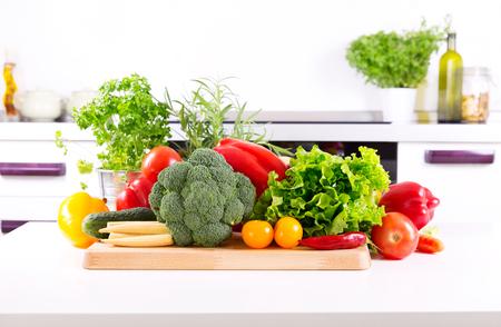 frisches Gemüse auf dem Tisch in der Küche Lizenzfreie Bilder