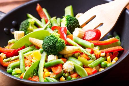 roergebakken groenten in de pan Stockfoto