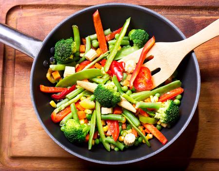 Roer gebakken groenten in de pan Stockfoto - 47913700
