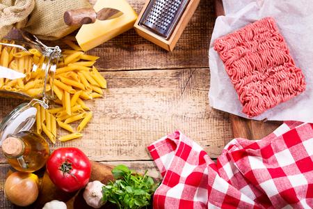 pastas: ingredientes para la pasta con salsa de carne en una mesa de madera
