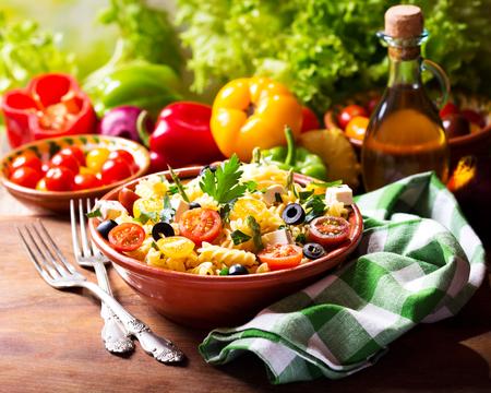 Schüssel Nudelsalat mit Gemüse auf Holztisch Standard-Bild - 48582997