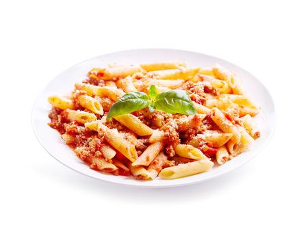 Plaat van penne pasta bolognese geïsoleerd op een witte achtergrond Stockfoto
