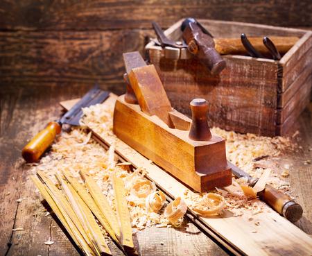 ワーク ショップのさまざまなツールと、古い木製の面