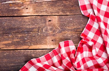 tovaglia rossa sul vecchio tavolo di legno