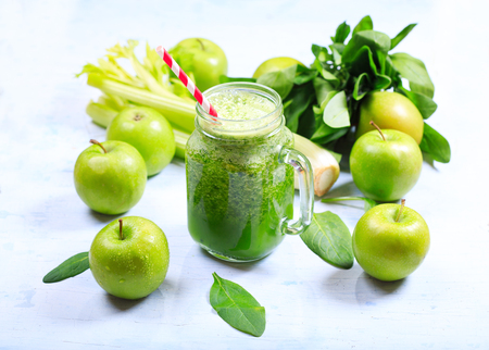 Pot groene smoothie met appel, selderij en spinazie Stockfoto