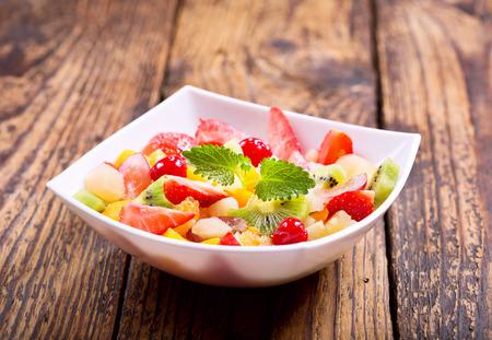 ensalada de frutas: plato de ensalada de frutas en la mesa de madera Foto de archivo