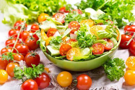 ensalada tomate: bowl of fresh salad with vegetables
