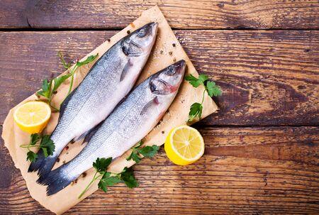 frais loup de mer de poisson sur la table en bois Banque d'images
