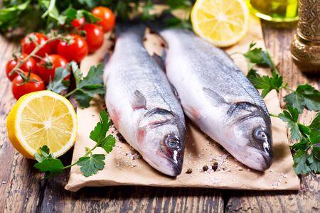 frais loup de mer de poisson sur la table en bois