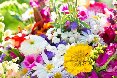 녹색 배경에 여름 꽃의 꽃다발 스톡 콘텐츠