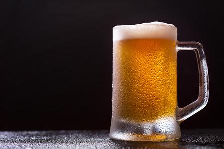 Kubek piwa na ciemnym tle Zdjęcie Seryjne