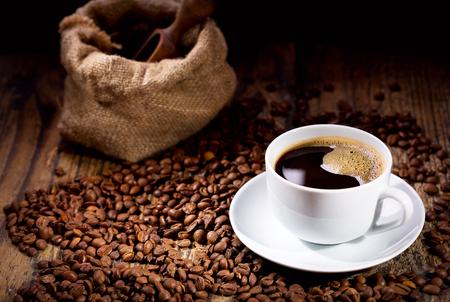 나무 테이블에 콩 커피 한잔 스톡 콘텐츠
