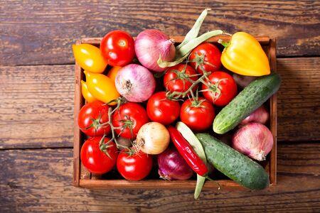 trompo de madera: verduras frescas en caja de madera, vista desde arriba