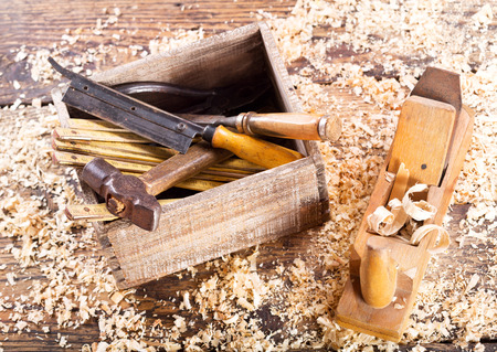 herramientas de trabajo: herramientas viejas con aserrín en un taller de carpintería, vista desde arriba Foto de archivo