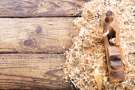 old wooden planer with sawdust in a carpentry workshop 스톡 콘텐츠