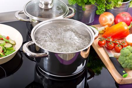 부엌에있는 밥솥에 끓는 물 냄비 스톡 콘텐츠