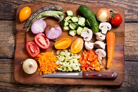 picada: verduras picadas frescas sobre una tabla de cortar, vista desde arriba