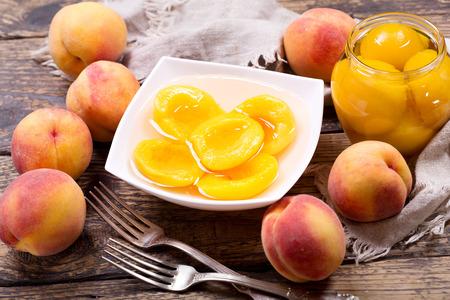 Kom Ingeblikte Perziken Met Verse Vruchten Op Houten Lijst