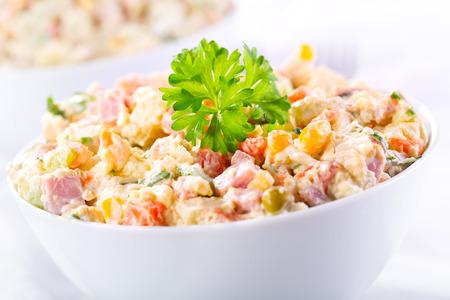 ensaladilla rusa: tazón de ensalada rusa tradicional