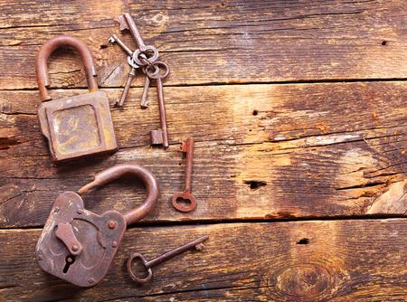 oxidado: Viejos cerraduras oxidadas y llaves en la mesa de madera, vista superior