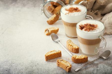 bicchieri di caffè latte con biscotti