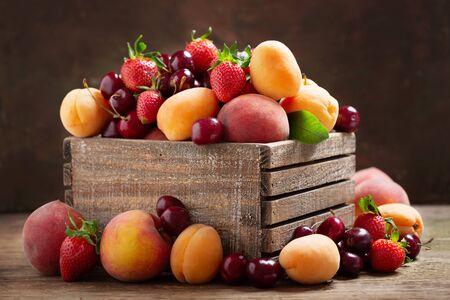 Close up di frutta fresca matura in una scatola di legno