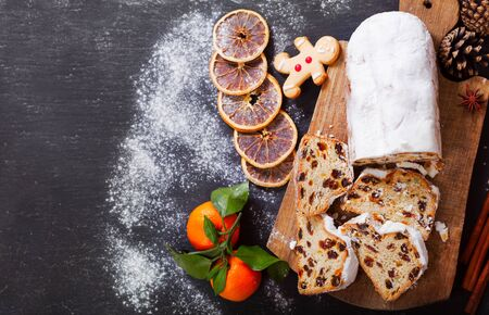Christmas cake with fresh mandarins and dried fruits, top view Stockfoto