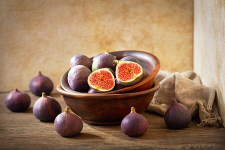 bowl of fresh figs fruit on wooden table Reklamní fotografie
