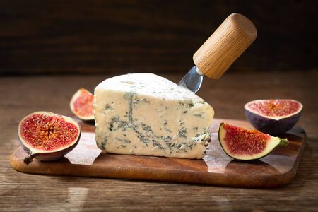 slice of blue cheese with fresh figs on wooden board Reklamní fotografie