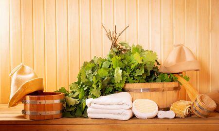 różne akcesoria saunowe w saunie drewnianej