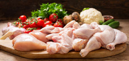 fresh chicken meat with ingredients for cooking on a wooden table 版權商用圖片