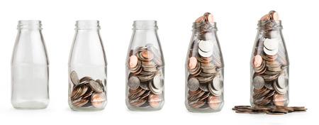 argent: �conomiser de l'argent de pi�ce de monnaie dans une bouteille en verre isol�. Banque d'images