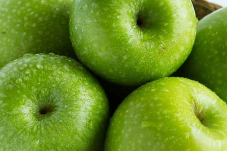 Fine verde fresca della mela in su Archivio Fotografico - 69902249
