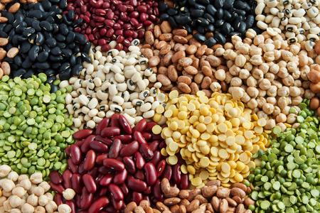 Verschillende peulvruchten, kleurrijke bonen bovenaanzicht Stockfoto