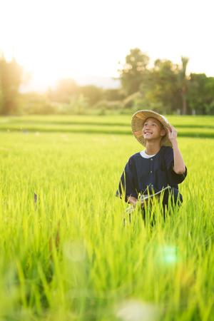 Goed eten goede levensstijl goed gezond met gelukkig man op rijstkwekerij Stockfoto