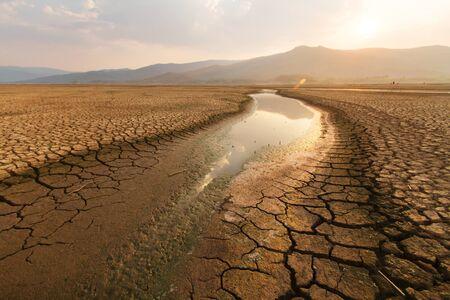 Lago y río secos en verano, crisis del agua en África o Etiopía y concepto de cambio climático o sequía.