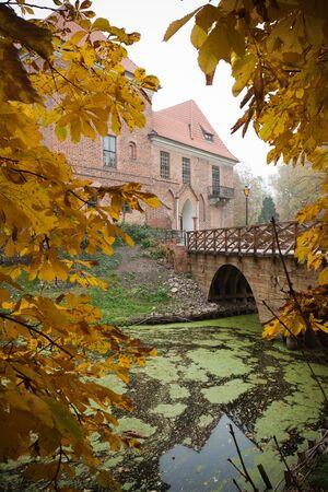 gothic castle: Antiguo castillo g�tico en Oporow cerca de Kutno, Polonia, el oto�o de vista Editorial