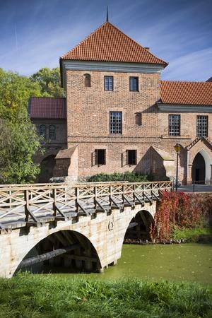 gothic castle: Antiguo castillo g?tico en Oporow cerca de Kutno, Polonia, el oto?o de vista