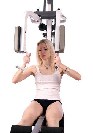 muskeltraining: Junge blonde Frau machen Muskel-Ausbildung in der Turnhalle, isolated over white